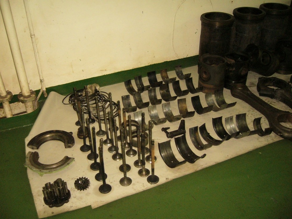 Four stroke engine parts during main cause research